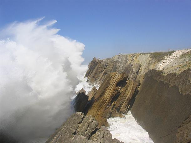 Woeste golven bij de grillige rotskust ter hoogte van Leiria