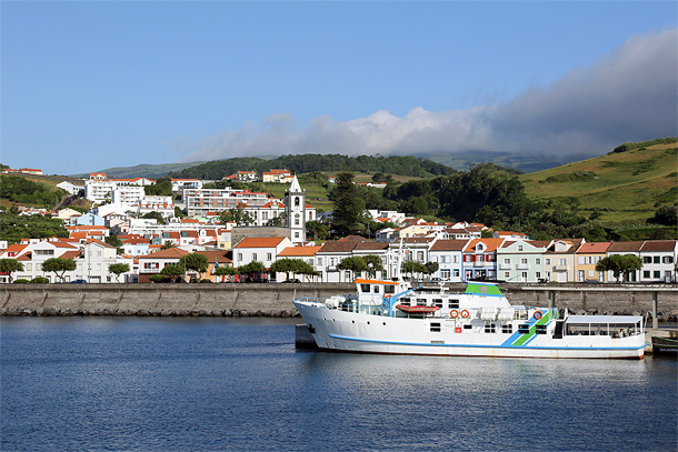 Veerboot in haven Horta, Faial
